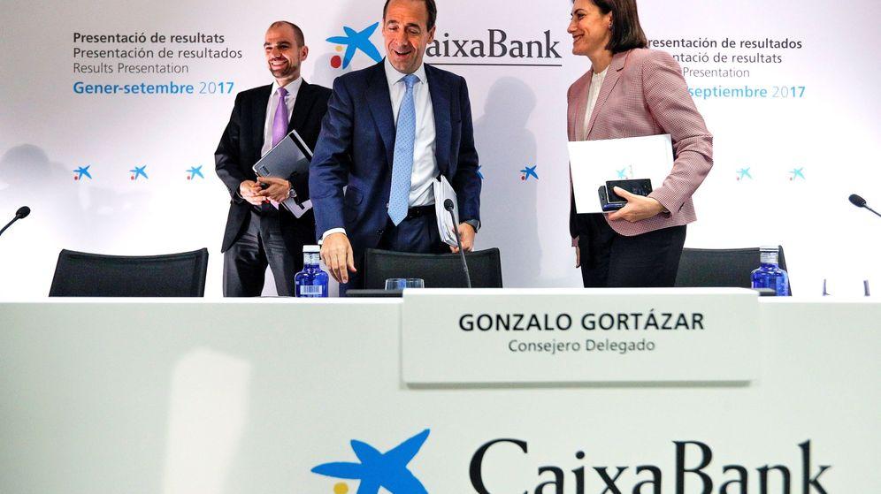 Foto: El consejero delegado de CaixaBank, Gonzalo Gortázar (c). (EFE)
