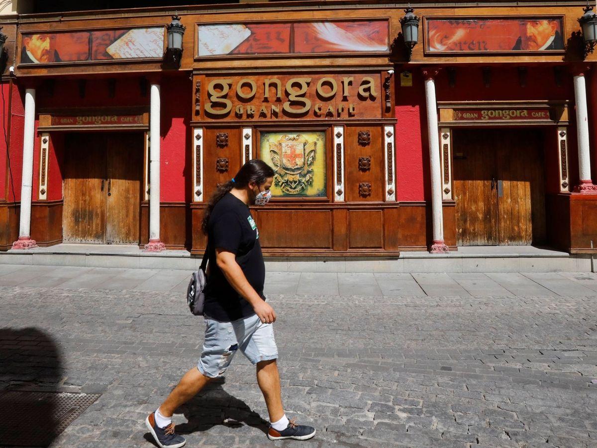 Foto: Una persona camina junto a un local cerrado de ocio nocturno en Córdoba. (EFE)