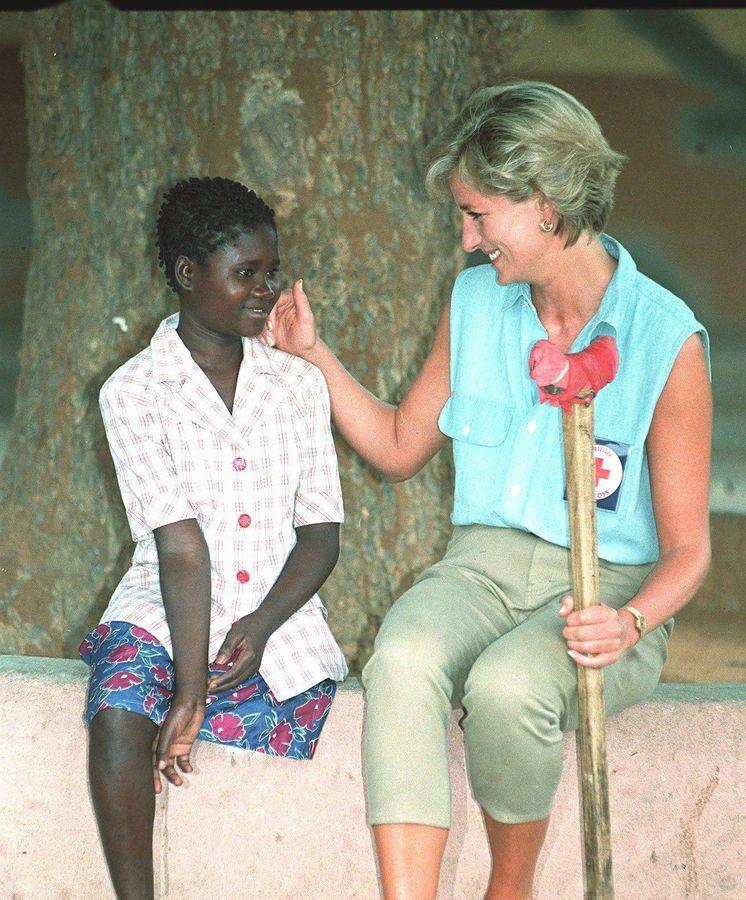 Foto: Diana de Gales en 1997, en Angola, con la niña Sandra Thijika. (Cordon Press)