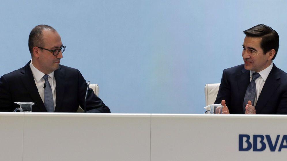 Foto: De izda. a dcha., Onur Genç y Carlos Torres, CEO y presidente de BBVA (Efe)