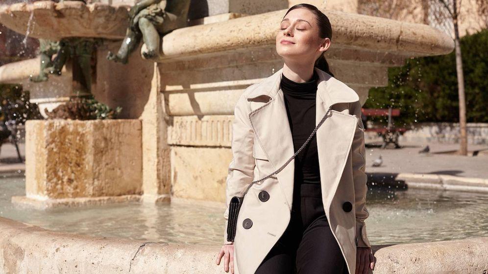 Foto: Elena Rivera posa vestida con trench de Mango, jersey de H&M, pantalón de Mango, bailarinas con lazo de Pretty Ballerinas y bolso de Valentino Garavani. (Foto: Jorge M. Redondo)