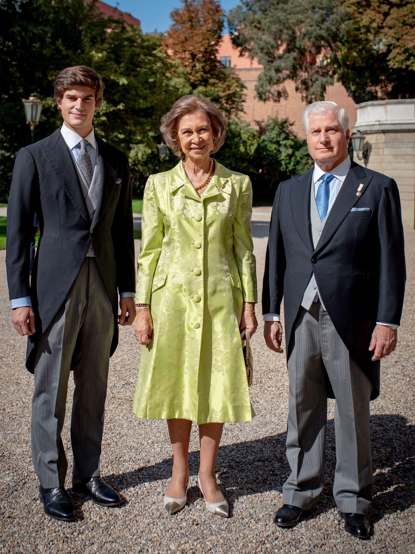 El duque de Alba y el duque de Osorno,  con la reina doña Sofía en la boda de Fernando Fitz-James Stuart y Sofía Palazuelo. (EFE)
