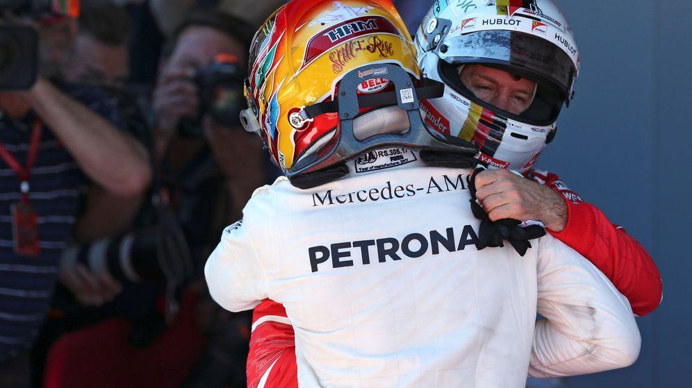 Foto: Hamilton y Vettel se funden en un abrazo tras el GP de España. (EFE)
