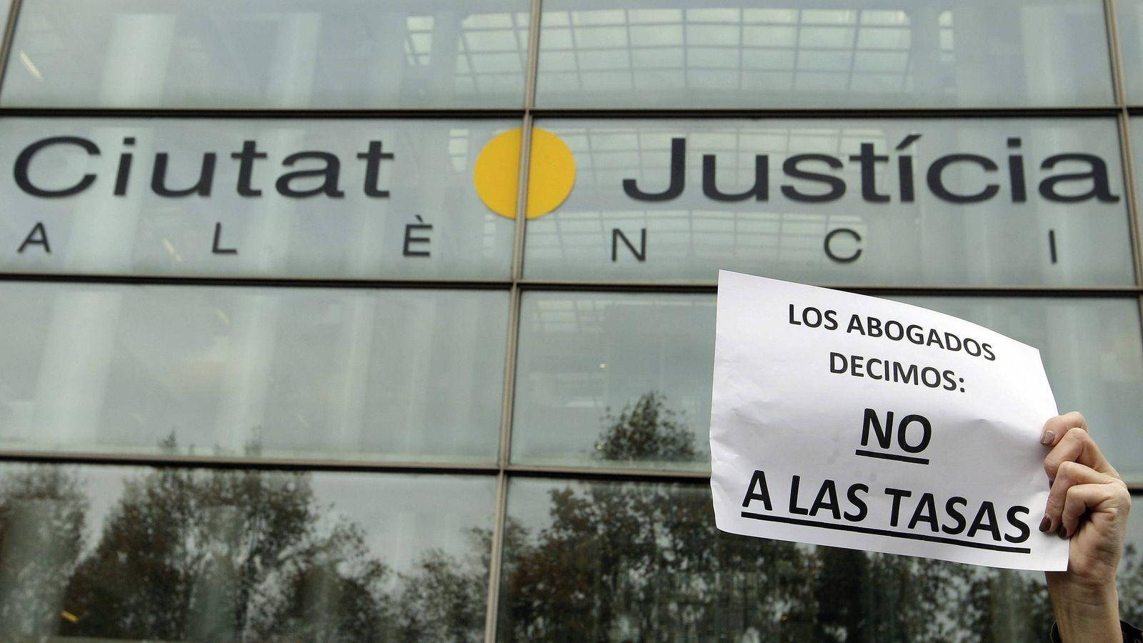 Foto: Una protesta contra las tasas judiciales en la Ciudad de la Justicia de Valencia. (EFE)