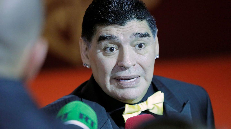 Diego Maradona atiende a los medios de comunicación. (EFE)