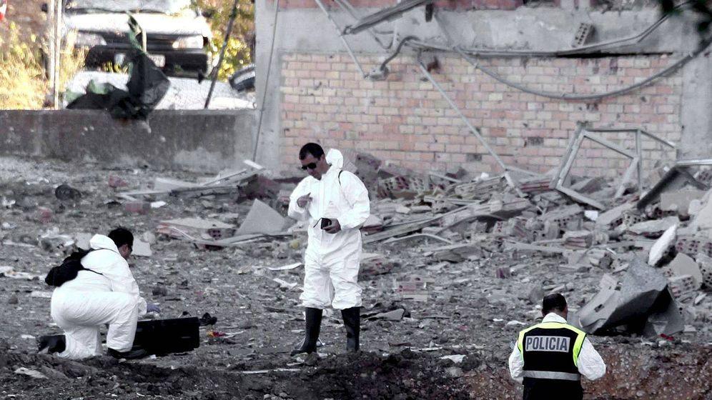Foto: Especialistas de las FSE recogen pruebas tras un atentado de ETA. (EFE)