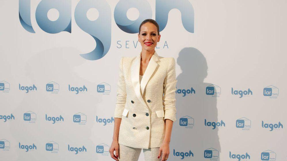 Foto: Eva González, con un traje de chaqueta de Bleis Madrid. (Getty)