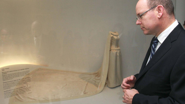 El príncipe Alberto de Mónaco, en la muestra sobre Balenciaga ante el vestido de novia de Fabiola. (EFE)