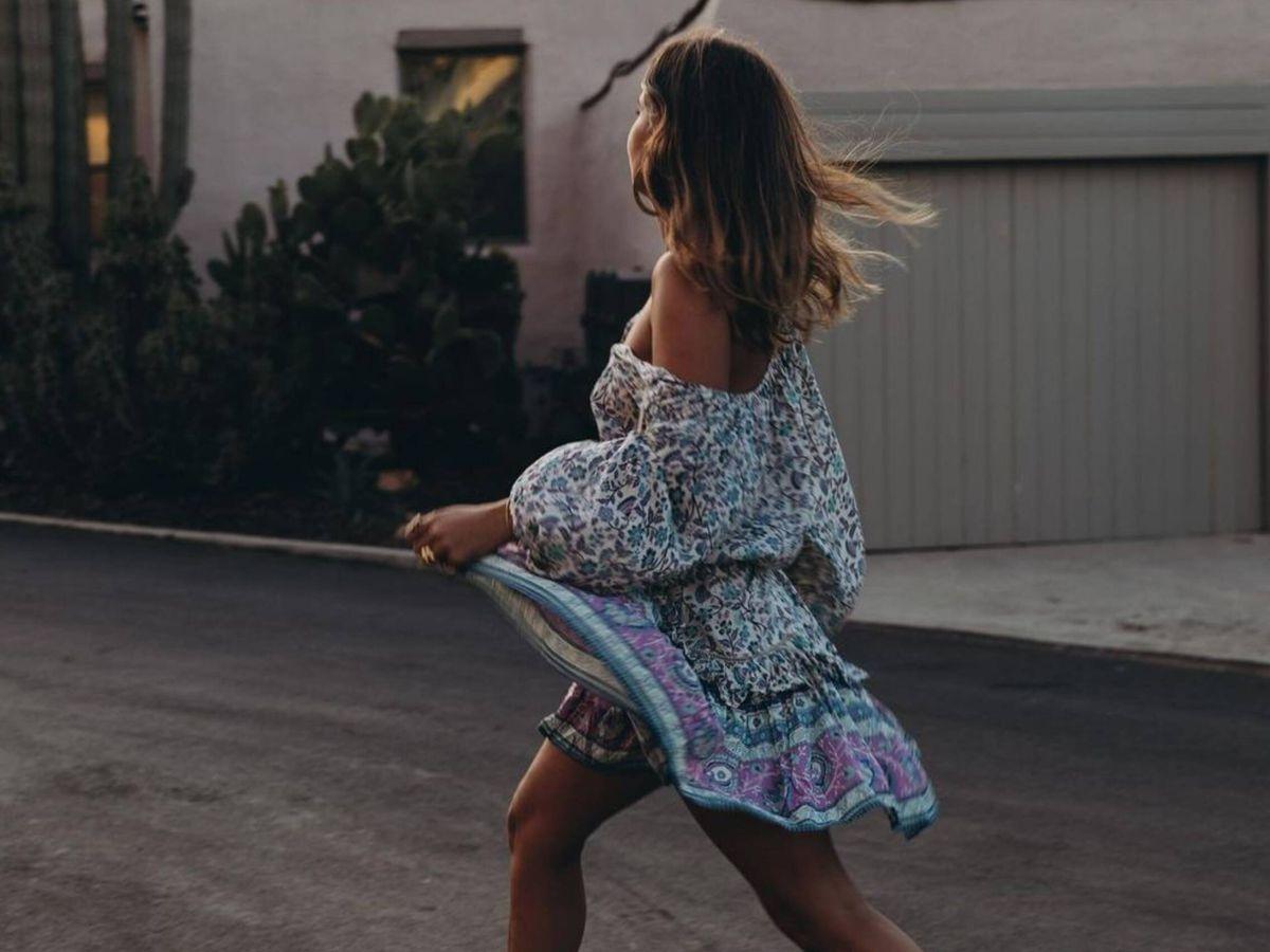 Foto: La influencer española Sara Escudero con un conjunto de blusa y minifalda boho. (Instagram @collagevintage)