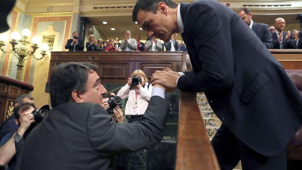 Foto: Pedro Sánchez saluda al portavoz del PNV, Aitor Esteban, en el hemiciclo del Congreso tras el debate de la moción de censura. (EFE)