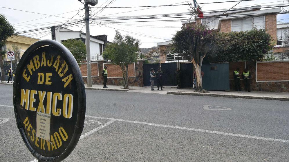 Foto: Vista de la Embajada mexicana con presencia policial en La Paz (Bolivia). (EFE)