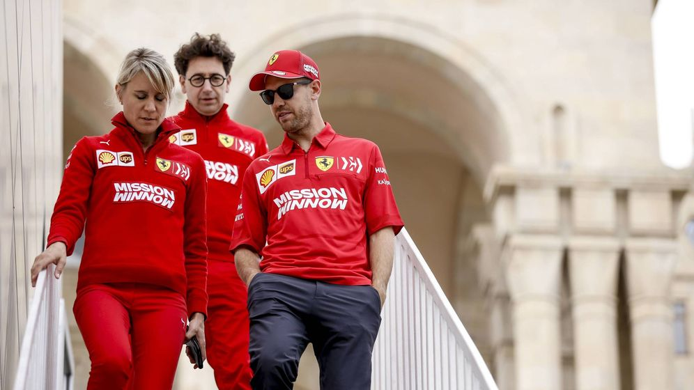 Foto: Sebastian Vettel (d), el jefe de Ferrari, Mattia Binotto (c); y la responsable de prensa del piloto alemán, Britta Roeske. (Imago)