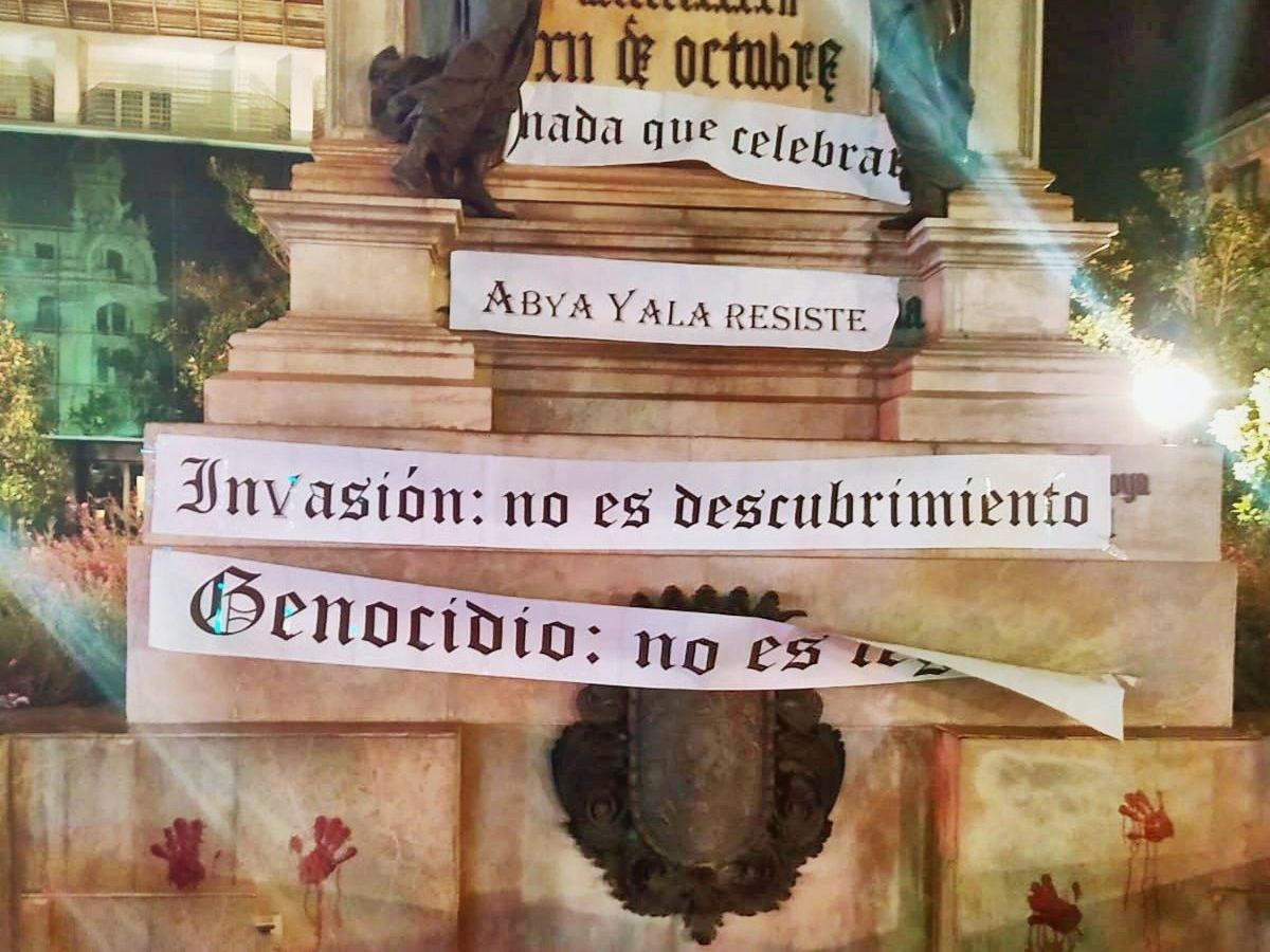 Foto: Pintadas contra el Día de la Hispanidad en la estatua de Isabel la Católica y Colón ubicada en Granada. (EFE)