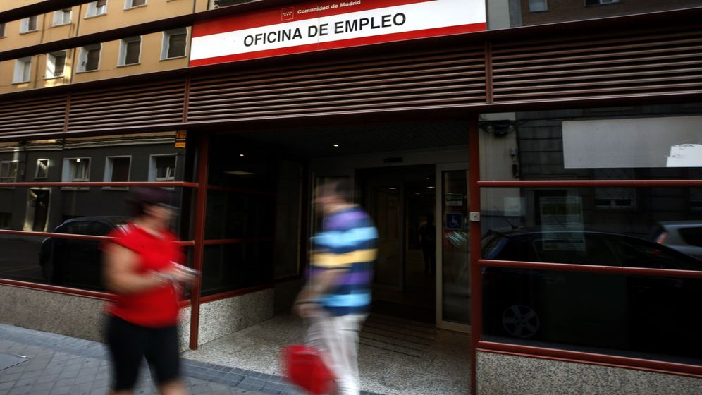 Foto: Dos personas pasan frente a una oficina de empleo en Madrid. (EFE)