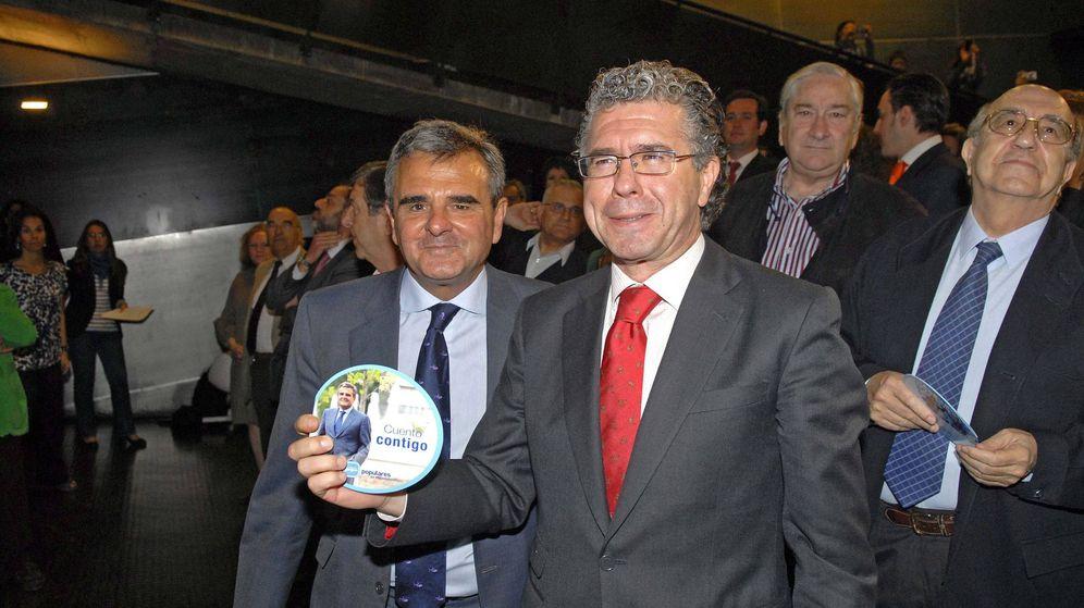 Foto: El actual alcalde de Majadahonda, Narciso de Foxá, con Francisco Granados. (EFE)