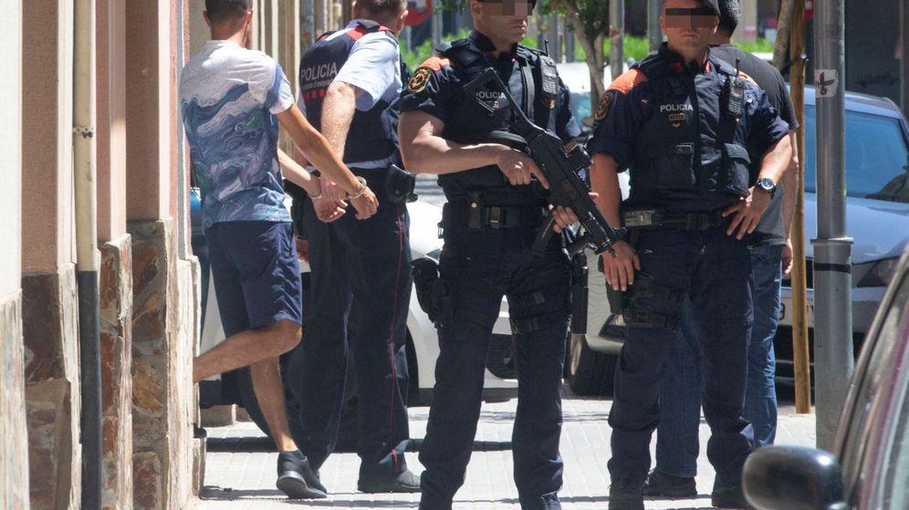 Foto: Los Mossos d'Esquadra han registrado este lunes de nuevo el piso de Cornellà de Llobregat (Barcelona) donde supuestamente fue asesinada Janet Jumillas (Efe)