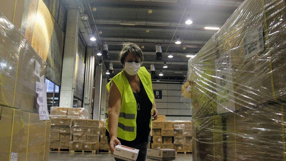 Foto: María José Mira, en uno de los pabellones de Feria Valencia, supervisando material sanitario. (Pau Llorca)