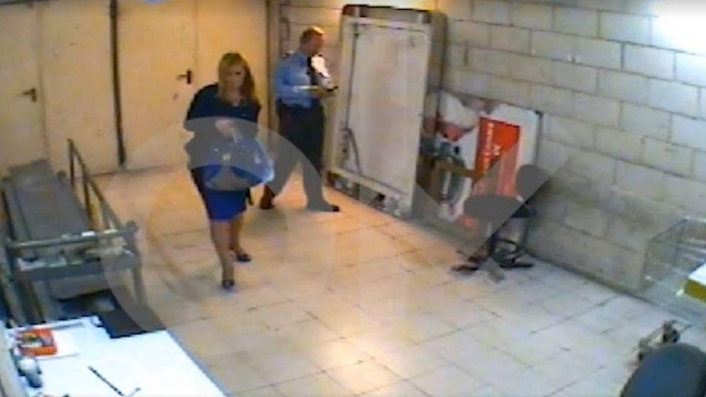 Foto: Imagen del vídeo en el que se ve a la presidenta tras el presunto hurto de dos botes de crema. (Foto: OK Diario)