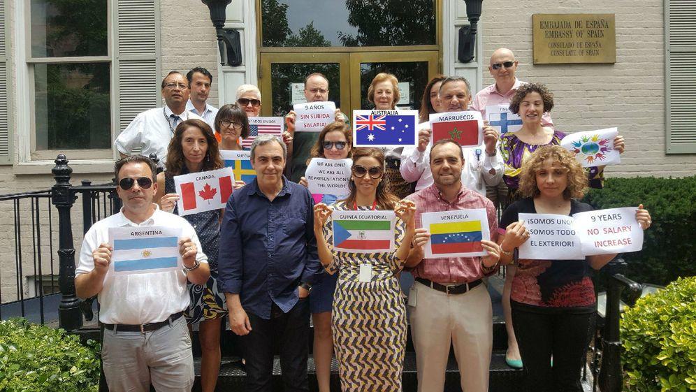 Foto: Protesta de los trabajadores de la Embajada de España en Washington, en una foto difundida por ellos mismos