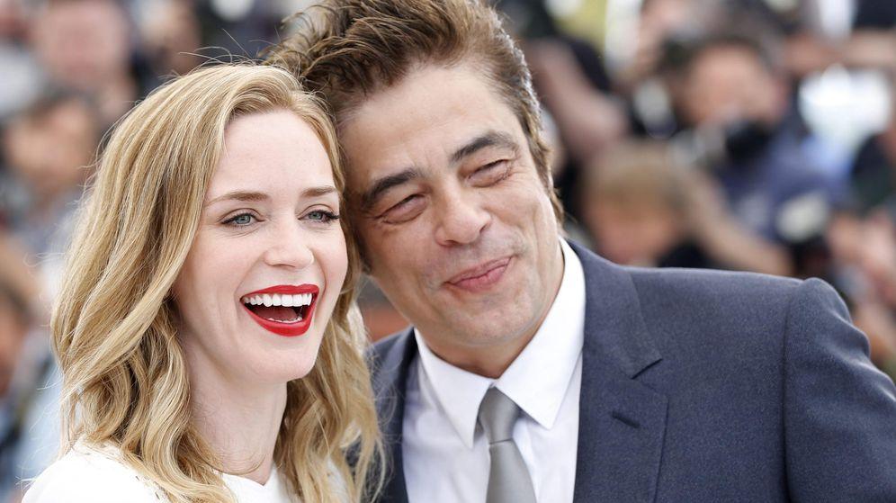 Foto: El actor puertorriqueño Benicio del Toro (dcha) y la actriz británica Emily Blunt posan para los fotógrafos durante la presentación de la película 'Sicario' en Cannes (EFE)