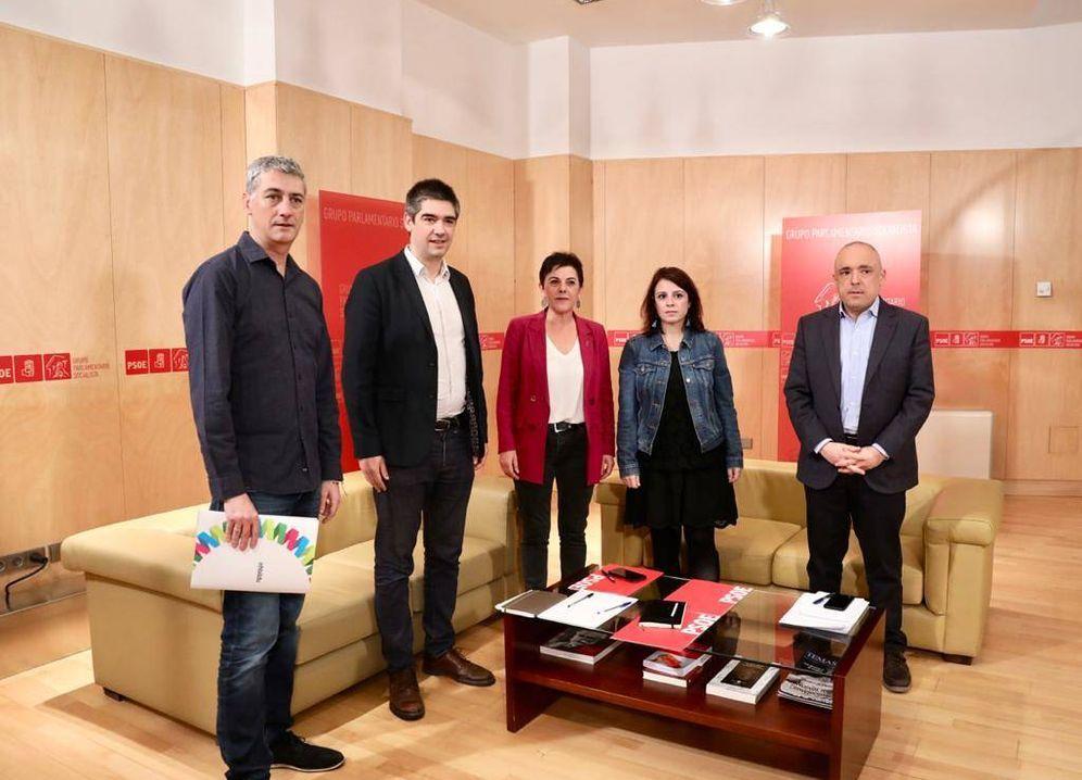 Foto: Adriana Lastra y Rafael Simancas, con la delegación de EH Bildu: Mertxe Aizpurua, Oskar Matute (i) y Gorka Elejabarrieta (c), este 17 de diciembre en el Congreso. (Inma Mesa | PSOE)