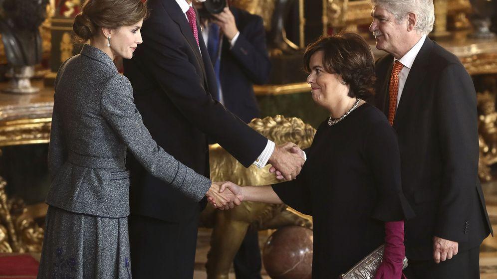Foto: Los Reyes saludan a la vicepresidenta del Gobierno, Soraya Sáenz de Santamaría, y al ministro de Asuntos Exteriores, Alfonso Dastis. (EFE)