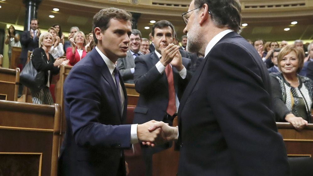 Foto: El presidente del Gobierno, Mariano Rajoy, saluda al presidente de Ciudadanos, Albert Rivera. (EFE)