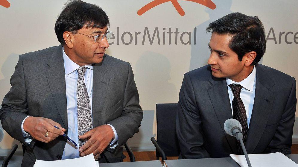 Foto: - El consejero delegado del gigante siderúrgico ArcelorMittal Lakshmi Mittal (i) y el director financiero Aditya Mittal