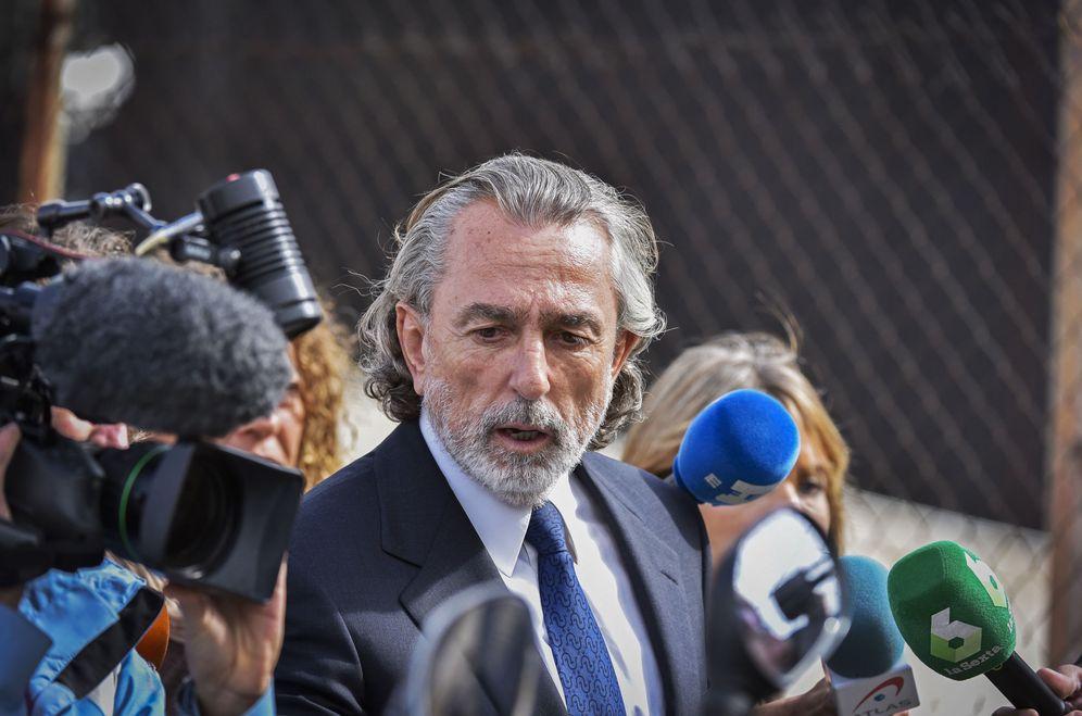 Foto: El presunto cabecilla de la trama Gürtel, Paco Correa, a su salida de la Audiencia Nacional, este 13 de octubre en San Fernando de Henares, Madrid. (EFE)