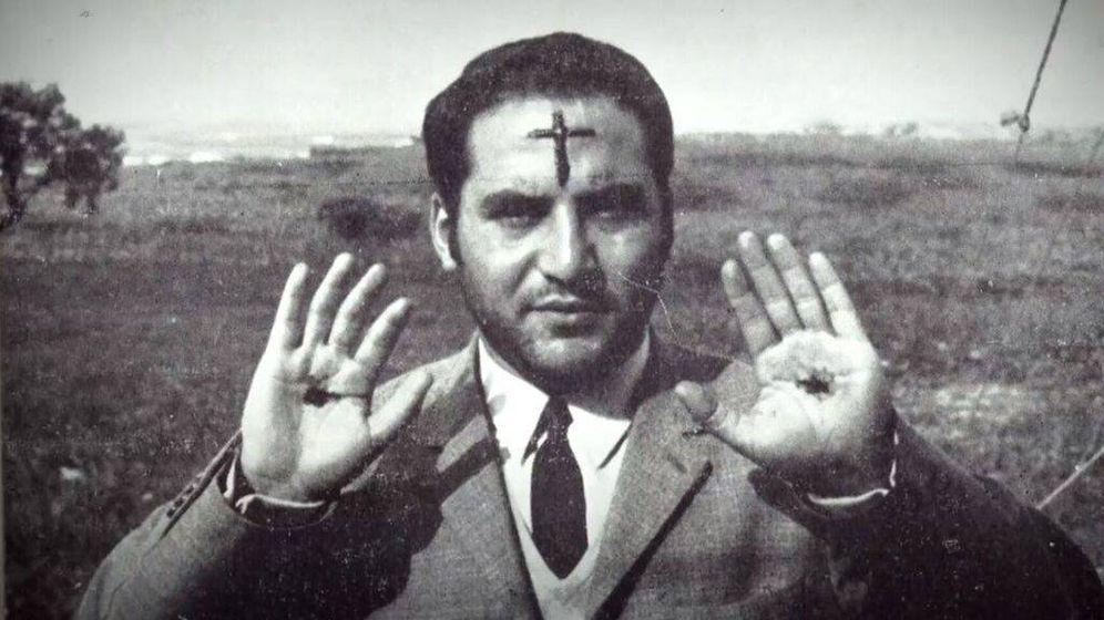 Foto: Clemente Domínguez, el primer papa de la  Iglesia Cristiana Palmariana, enseña sus estigmas. (Movistar )