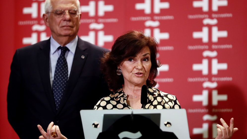 Foto: La vicepresidenta del Gobierno, Carmen Calvo, junto al que también acude el ministro de Asuntos Exteriores, Josep Borrell. (EFE)