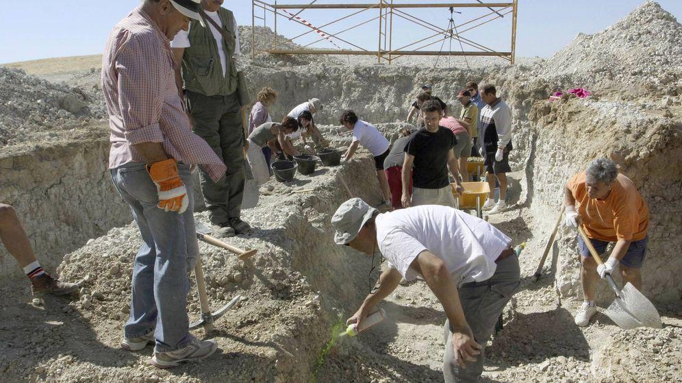 Foto: Varios miembros de la Asociación para la Recuperación de la Memoria Histórica inician la exhumación de dos fosas en Villamediana (Palencia), el pasado verano. (EFE)
