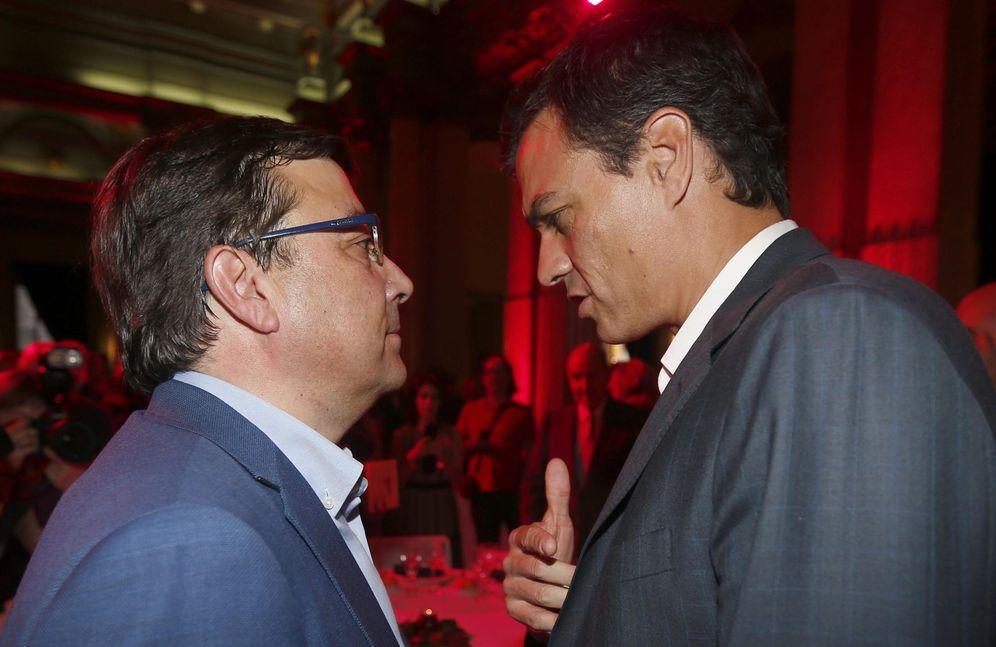Foto: Pedro Sánchez conversa con Guillermo Fernández Vara, en una cena-homenaje a Alfonso Guerra, el pasado 1 de junio de 2015 en Madrid. (EFE)