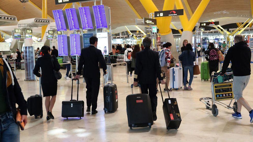 Foto: Imagen de archivo de tráfico de pasajeros en el aeropuerto de Barajas de Madrid. (EFE)