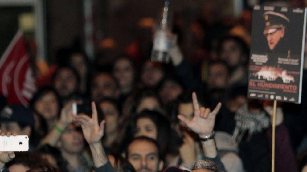 Foto: Los actores Willy Toledo y Carlos Bardem protestando ante el madrileño teatro Lope de Vega y el IVA cultural. (Efe)