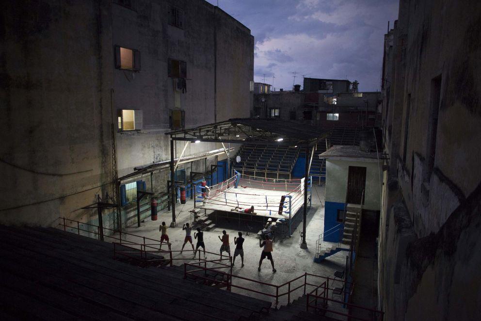 Foto: Adolescentes cubanos durante una lección de  boxeo en el centro de La Habana (Reuters).