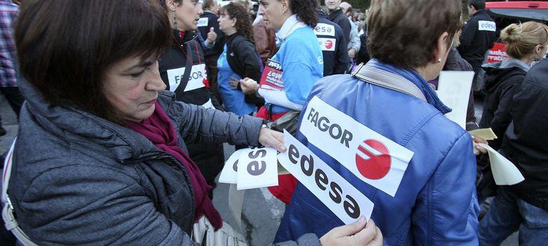 Foto: Miles de personas exigen en Arrasate el mantenimiento del empleo de Fagor. (EFE)