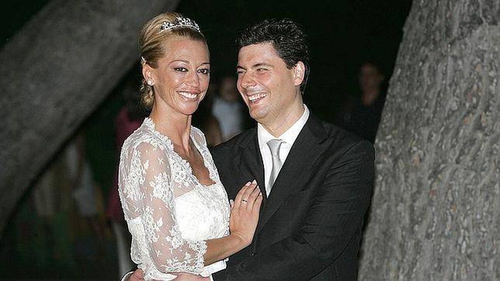 Foto: Belén Esteban y Fran Álvarez, en su boda. (Telecinco)