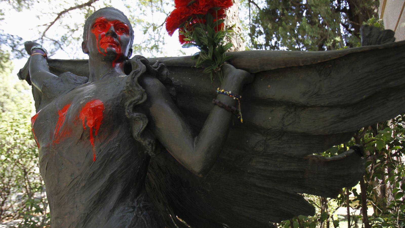 Foto: Pintadas sobre la estatua de Lola Flores, situada junto al panteón familiar en el cementerio de La Almudena de Madrid. (EFE)