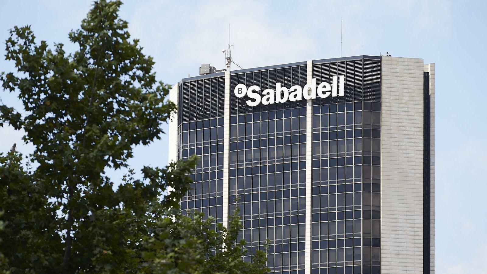 Foto: Vista del edificio central del Banco de Sabadell. (EFE)