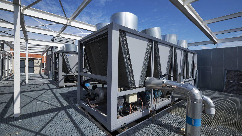 Las azoteas están llenas de enorme maquinaria para mantener la refrigeración. (Jesús Hellín)