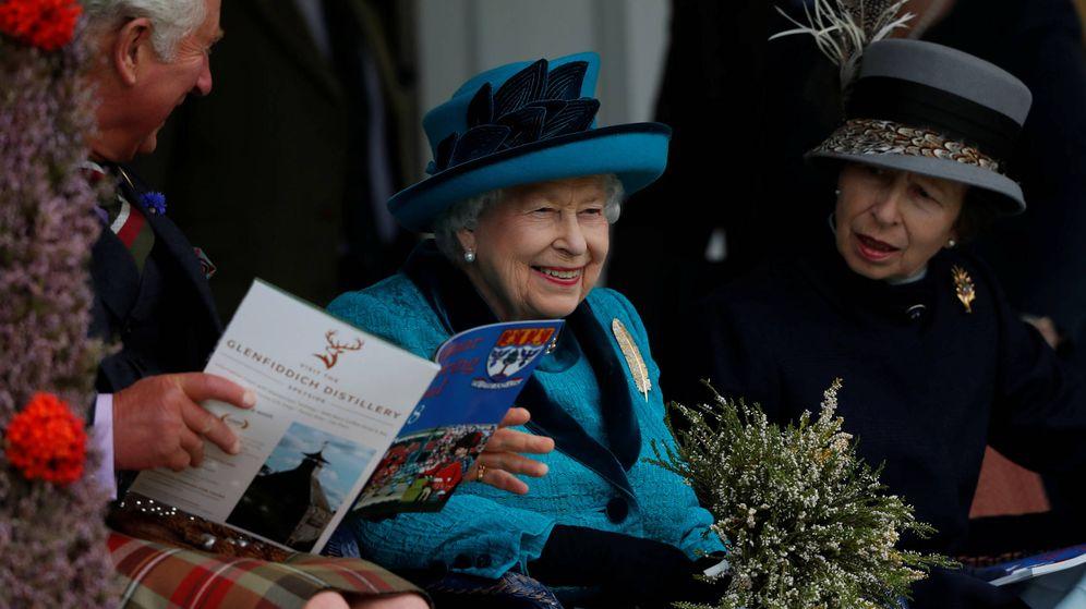 Foto:  Isabel II, con sus hijos Carlos y Ana. (Reuters9