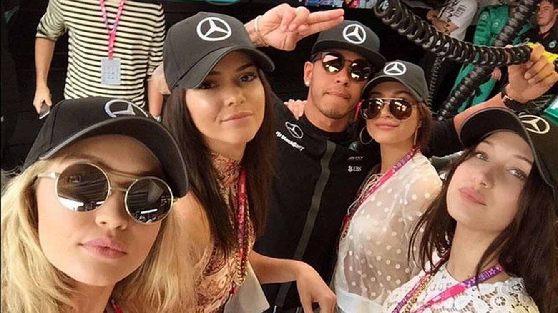 Foto: Gigi Hadid, Kendall Jenner y Hailey Baldwin junto a Hamilton (Instagram)