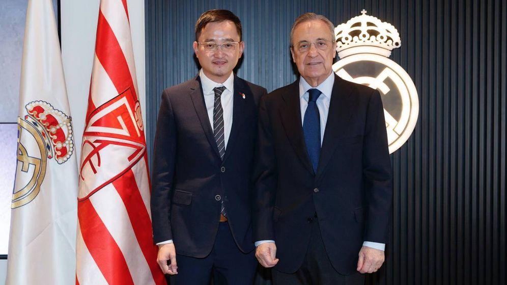 Foto: Jiang Lizhang junto a Florentino Pérez en el estadio Santiago Bernabéu. (foto vía Granada C.F.)