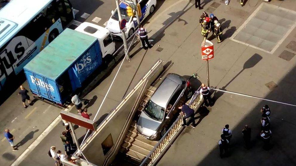 Así ha quedado un coche tras estrellarse contra la boca de metro de Barcelona al creer que era un parking