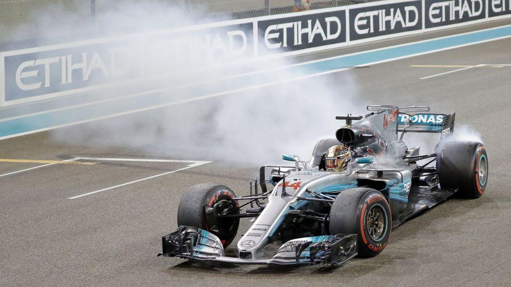 Foto: Lewis Hamilton celebra el fin de la temporada 2017 con un 'donut' junto a su compañero de equipo en la línea de meta. (EFE)