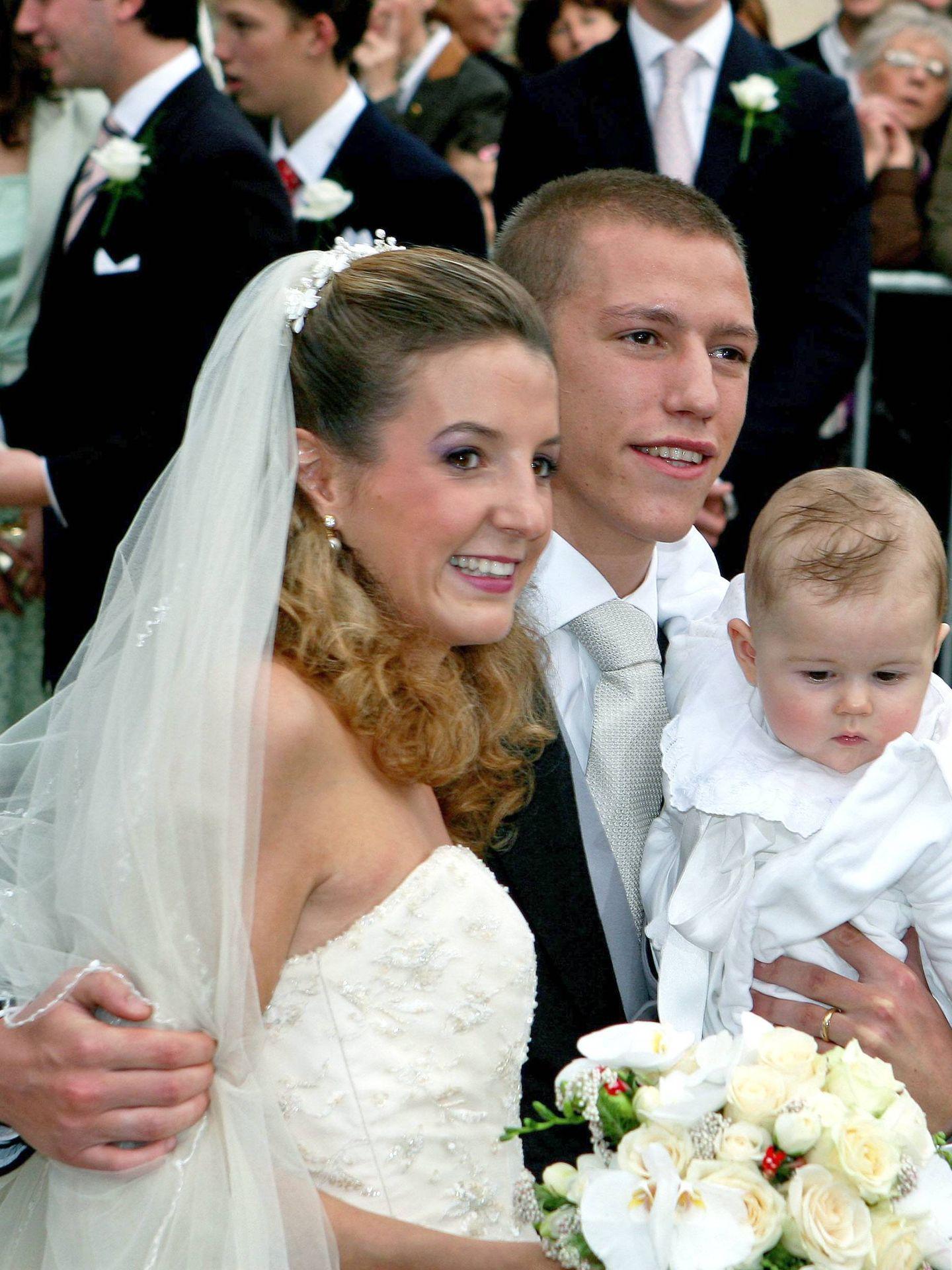 Louis y Tessy de Luxemburgo, el día de su boda junto a su hijo Gabriel. (Cordon Press)
