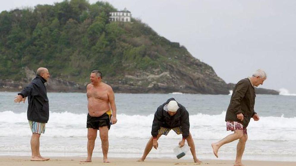 Foto: Un grupo de jubilados disfruta de la playa de la Concha de San Sebastián. (EFE)
