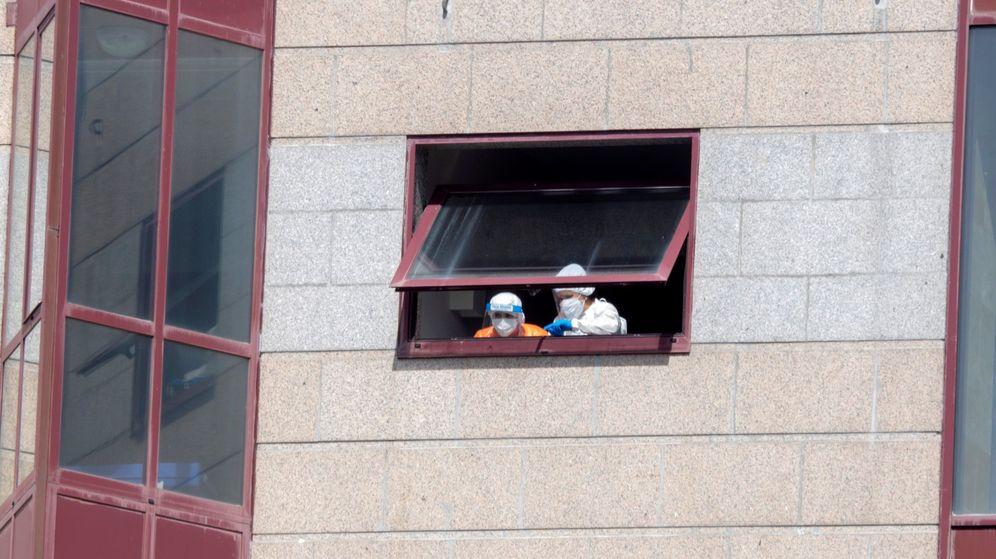 Foto: Dos trabajadoras de la residencia DomusVi en Outeiro de Rei (Lugo)