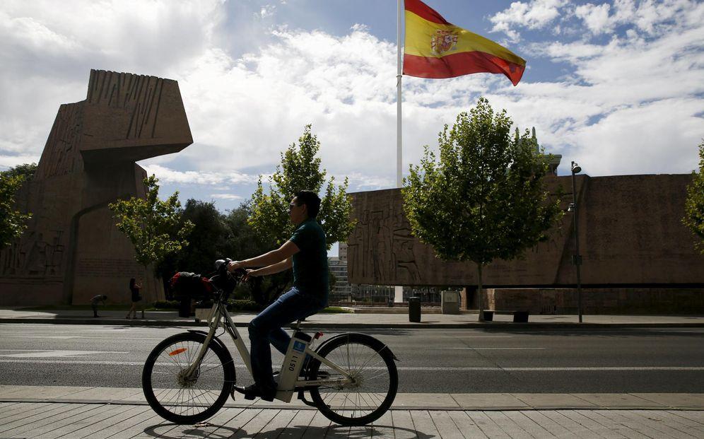 Foto: Un hombre circula en bicicleta por la plaza de Colón. (Reuters)